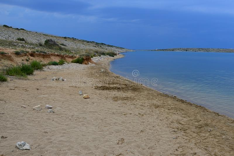 Zandig strand Ricina en baai in bewolkt weer en inkomend onweer, dichtbij Vrsi-dorp in Kroatië, adriatic stock foto's