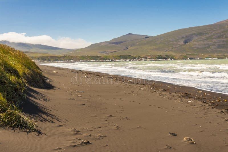 Zandig strand in stad IJsland - Saudarkrokur. royalty-vrije stock afbeelding
