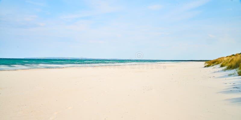 Zandig strand, witte zand blauwe hemel, Duitsland royalty-vrije stock fotografie
