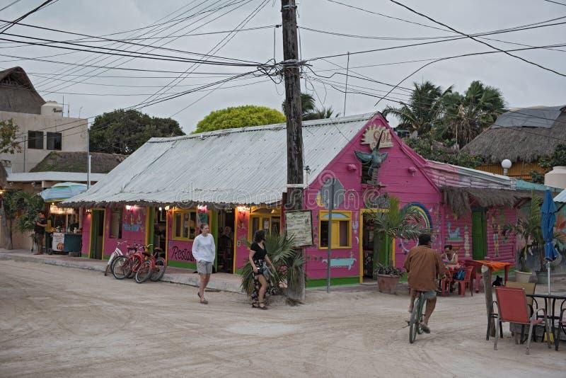 Zandige die weg met toeristen en boxen op Holbox-Eiland, Quintana Roo, Mexico in schiereiland het Noord- van Yucatan wordt gevest stock foto