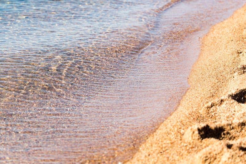 Zandige kust van het meer als achtergrond royalty-vrije stock foto's