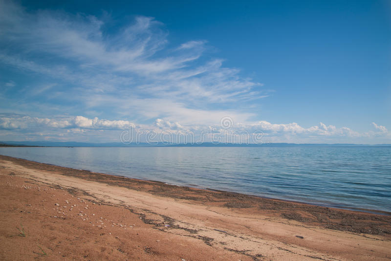 Zandige kust van meer Baikal royalty-vrije stock foto