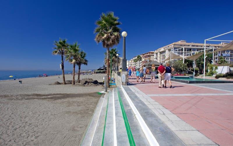 Zandige strand en promenade in Estepona in Zuidelijk Spanje royalty-vrije stock fotografie
