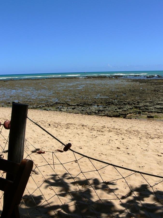 Zandige strand en rotsen door overzees royalty-vrije stock foto's