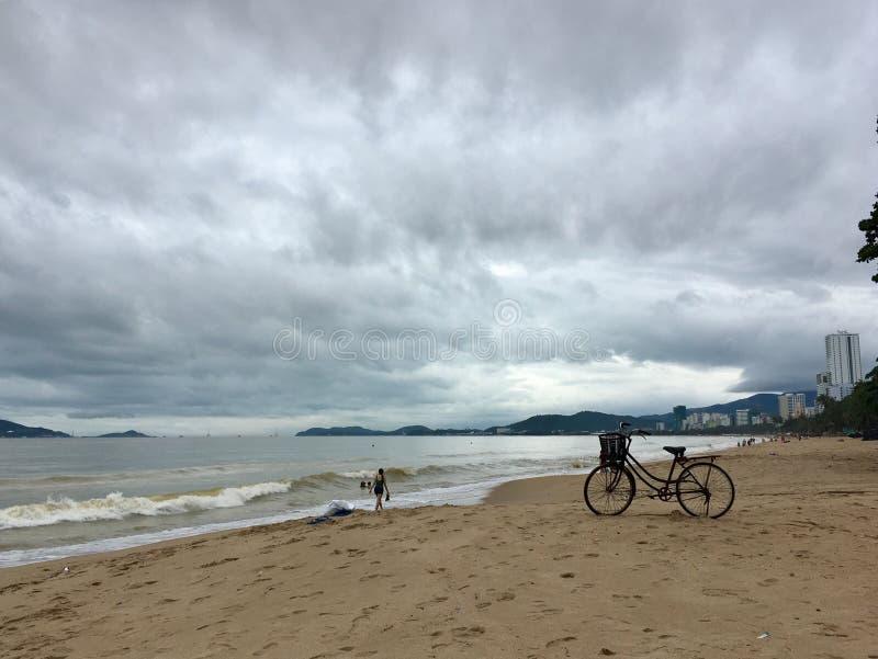 Zandige strand, overzees en Fiets royalty-vrije stock foto's