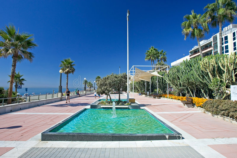 Zandige van het strandpromenade en water fonteinen in Estepona in Souther royalty-vrije stock foto's