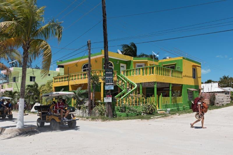Zandige weg met toeristen en boxen op Holbox-Eiland, Quintana R stock afbeeldingen