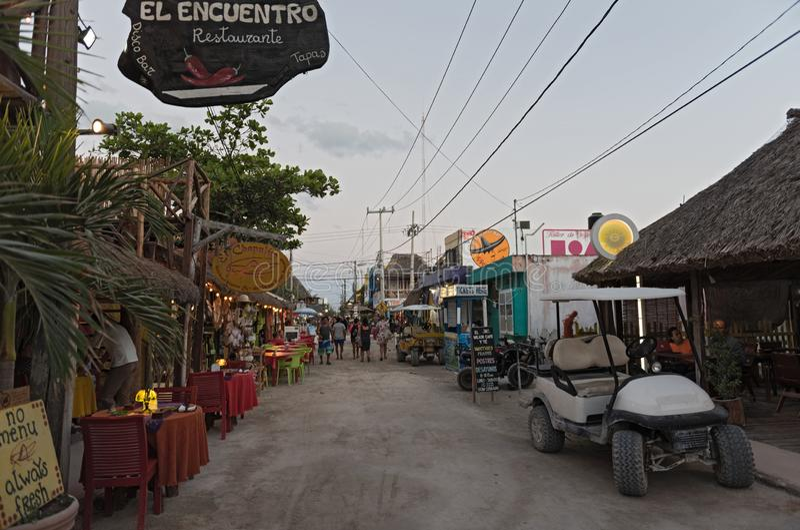 Zandige weg met toeristen en boxen op Holbox-Eiland, Quintana R royalty-vrije stock afbeeldingen