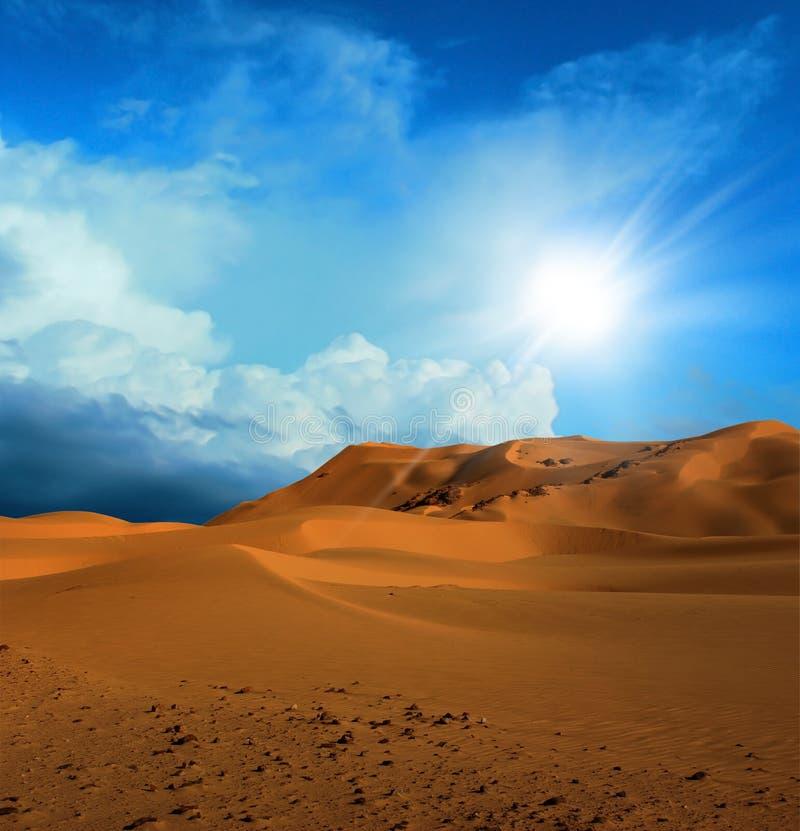 Zandige woestijn in zonsondergangtijd stock afbeeldingen