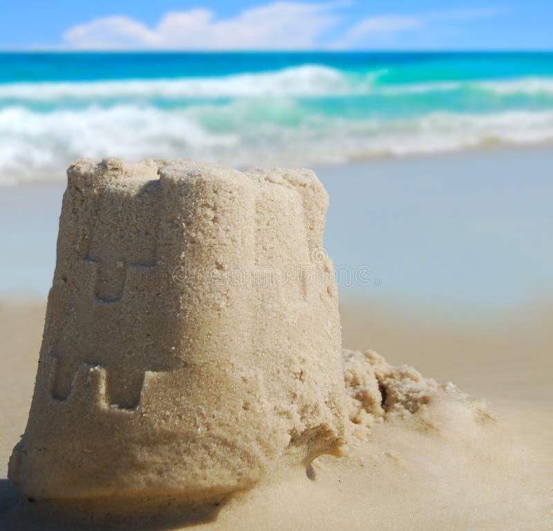 Zandkasteel bij Kust stock afbeeldingen