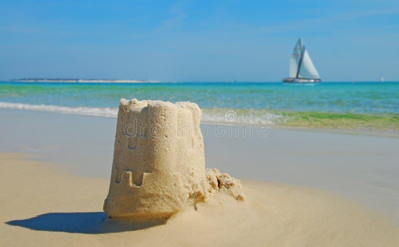 Zandkasteel en Zeilboot royalty-vrije stock afbeelding