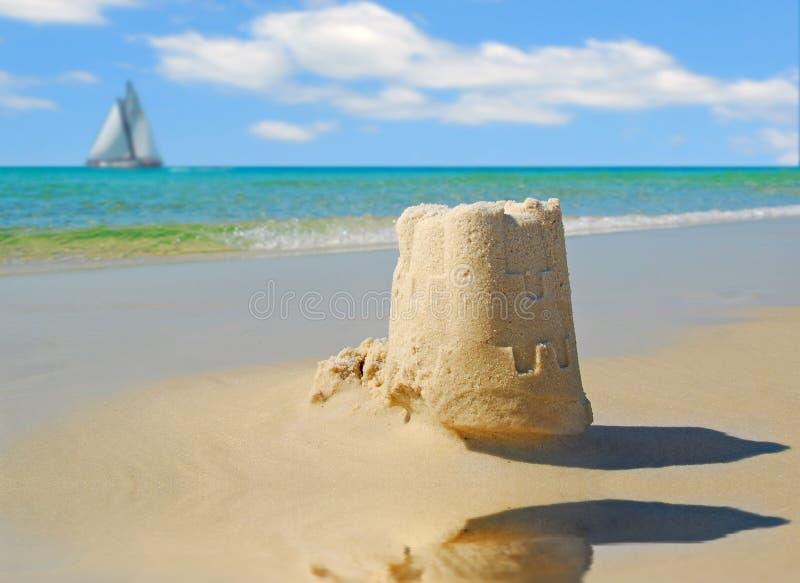 Zandkasteel en Zeilboot royalty-vrije stock fotografie