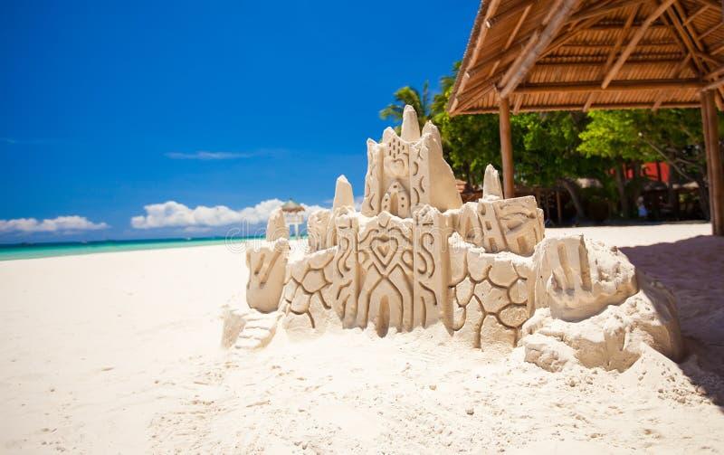 Zandkasteel op een wit tropisch strand in Boracay stock afbeeldingen