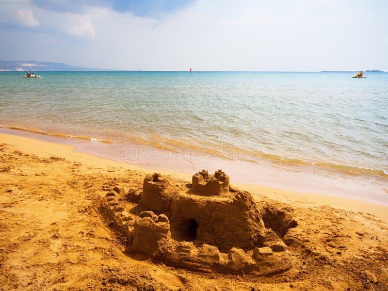 Zandkasteel op het gele strand op het Eiland Kefalonia in het Ionische Overzees in Griekenland royalty-vrije stock afbeelding