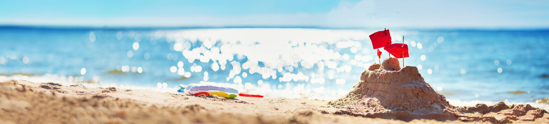 Zandkasteel op het overzees in zomer royalty-vrije stock foto