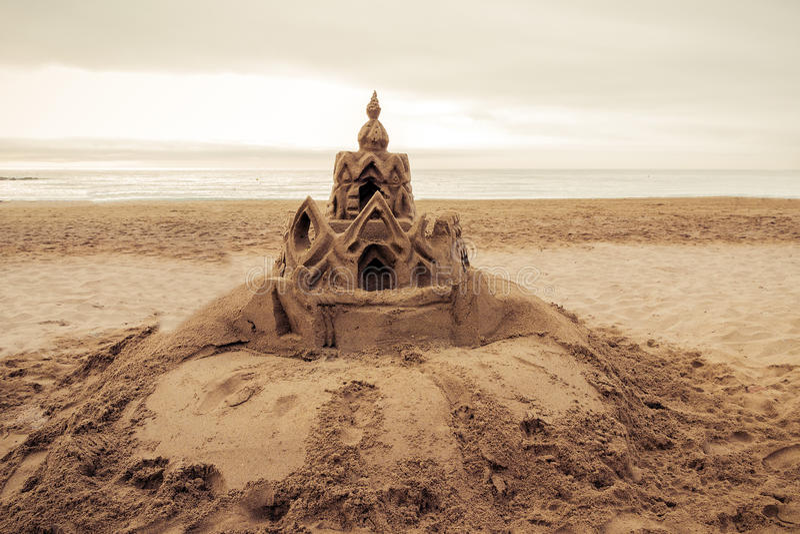 Zandkasteel op het strand Barcelona. Spanje stock afbeeldingen