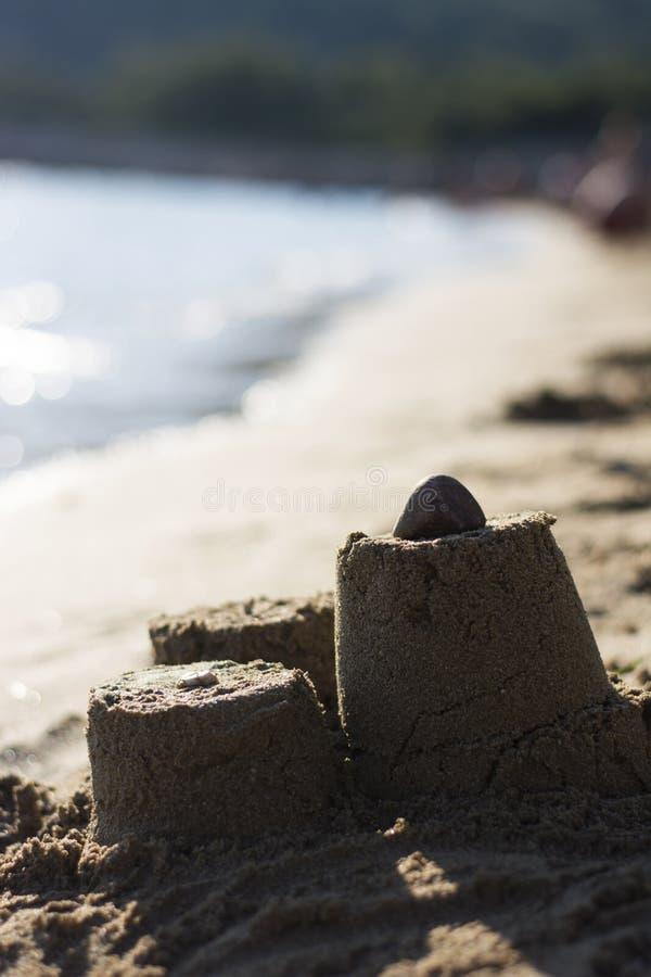 Zandkasteel op het strand bij zonsondergang royalty-vrije stock fotografie