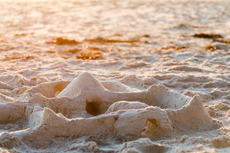 Zandkasteel op het strand bij zonsondergang royalty-vrije stock afbeelding