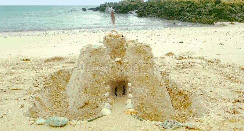 Zandkasteel op het strand stock fotografie