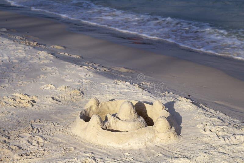Zandkasteel op strand in zonlicht Tropisch kustlandschap met wit zandstrand De activiteit van de stranddag stock fotografie