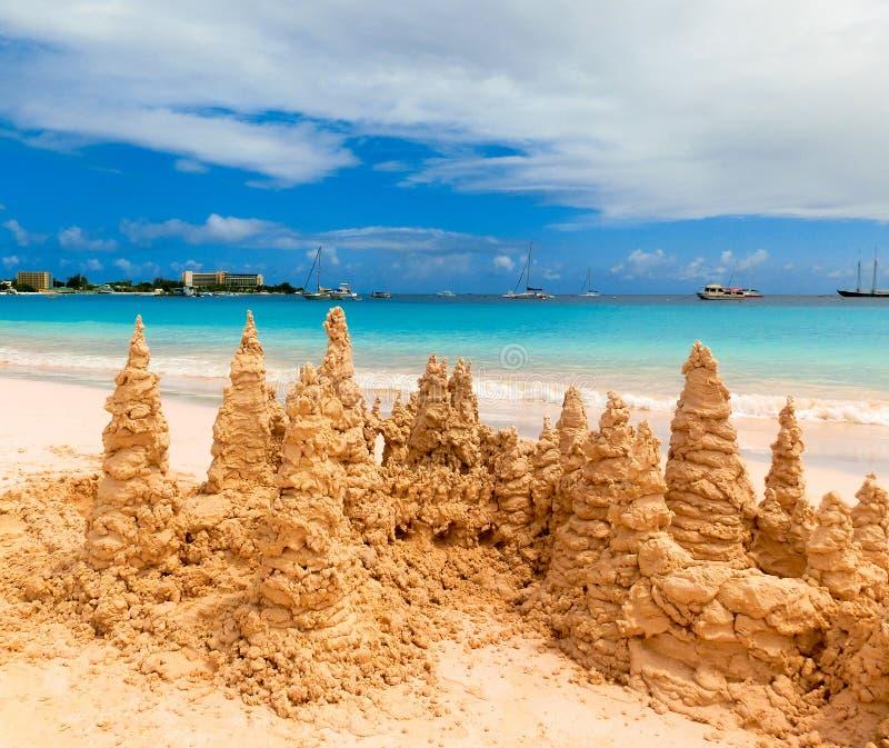 Zandkasteel op tropisch wit strand royalty-vrije stock afbeelding