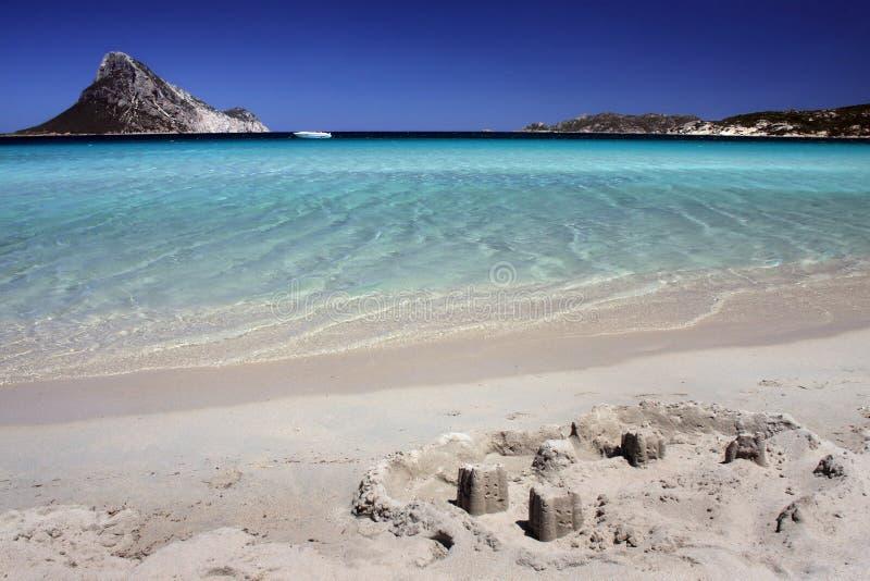 Zandkasteel op tropisch wit zandstrand stock fotografie