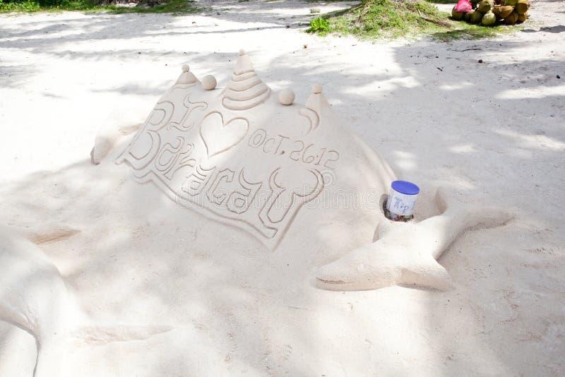 Zandkasteel op wit zandstrand royalty-vrije stock foto