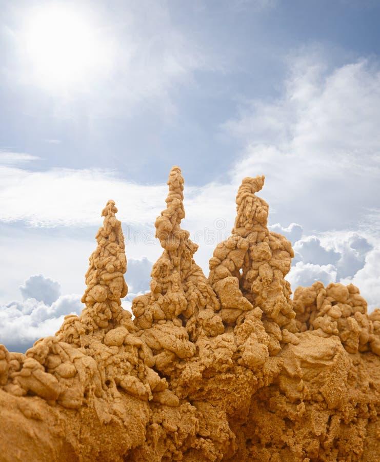 Zandkastelen op hemelachtergrond royalty-vrije stock afbeeldingen