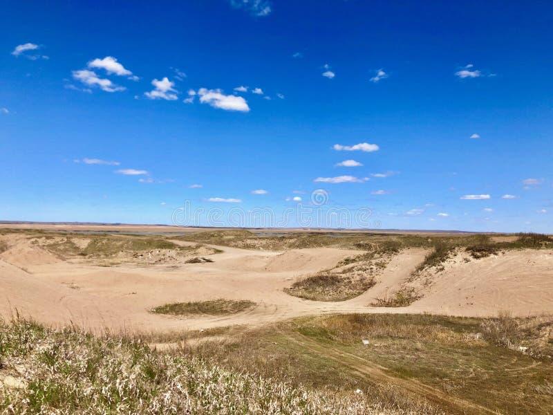 Zandkuilen in het midden van de prairies in Canada stock fotografie
