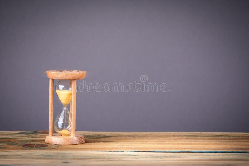 Zandloper als tijd het overgaan, bedrijfsuiterste termijn en vrije exemplaarruimte stock afbeelding