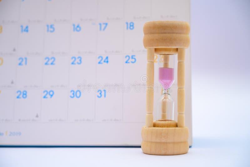 Zandloper met de dagenverstreken tijd van kalenderideeën in elke periode en benoemingen of het wachten royalty-vrije stock foto