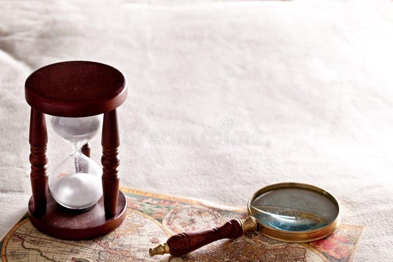 Zandloper met een vergrootglas royalty-vrije stock foto