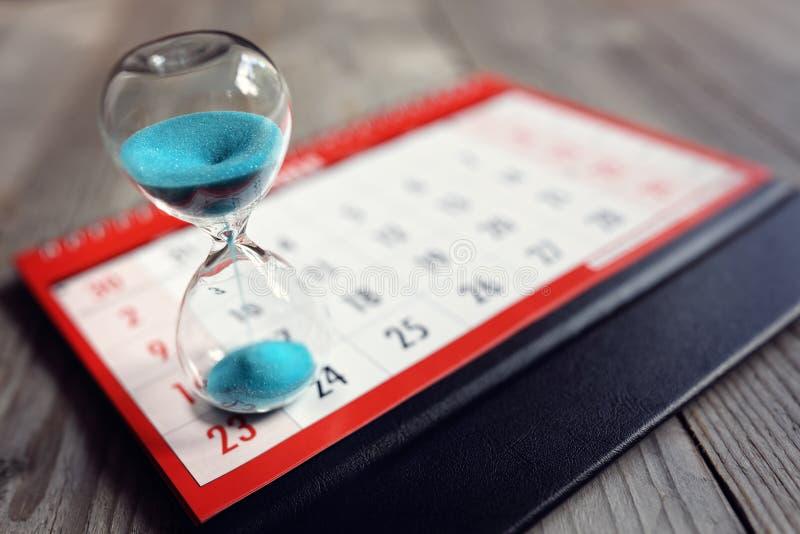 Zandloper op kalender royalty-vrije stock foto