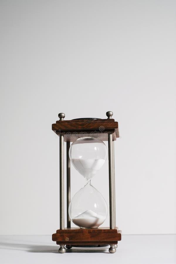 Zandloper, of zandklok op witte achtergrond wordt geïsoleerd die royalty-vrije stock afbeelding