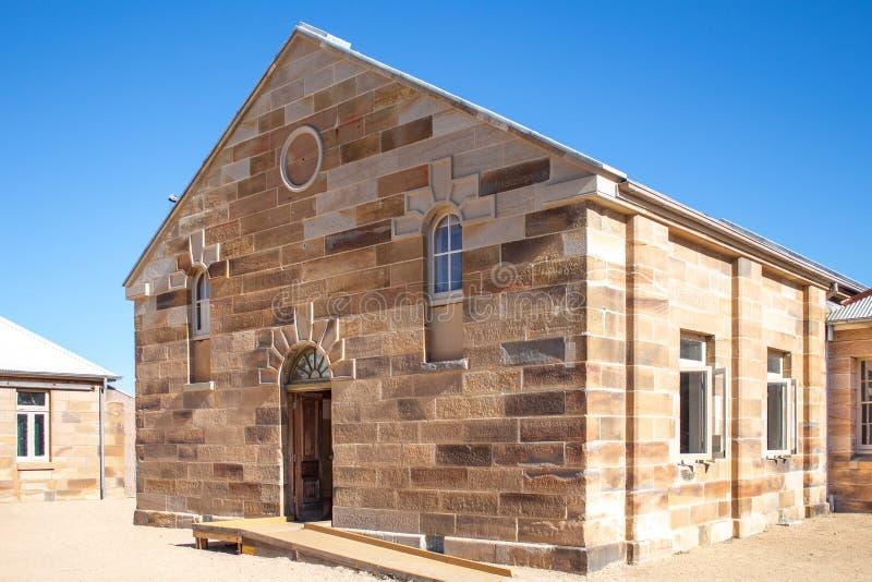Zandsteen baksteen pebbled de gebouwde bouw met decoratieve binnen geplaatst metselwerk en deuropening binnenplaats tegen duideli stock foto's
