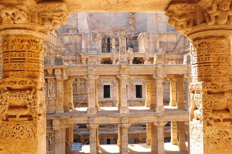 Zandsteen tempel en Waterstorage-Stap goed van Ranien ki Vav in Pa stock foto