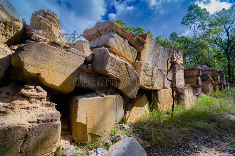 Zandsteenblokken van een zandsteensteengroeve worden ontgonnen in Queensland, Australië dat stock afbeelding