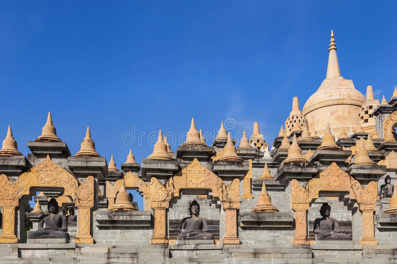 Zandsteenpagode in de tempel van Kung van de watpa in Thailand royalty-vrije stock fotografie