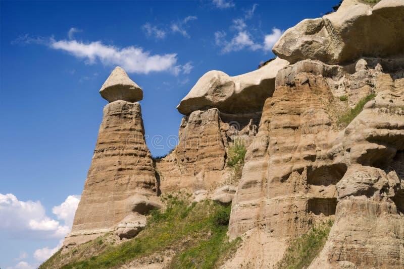Zandsteenvormingen in vallei dichtbij Uchisar op een zonnige dag Cappadocia, Turkije royalty-vrije stock foto