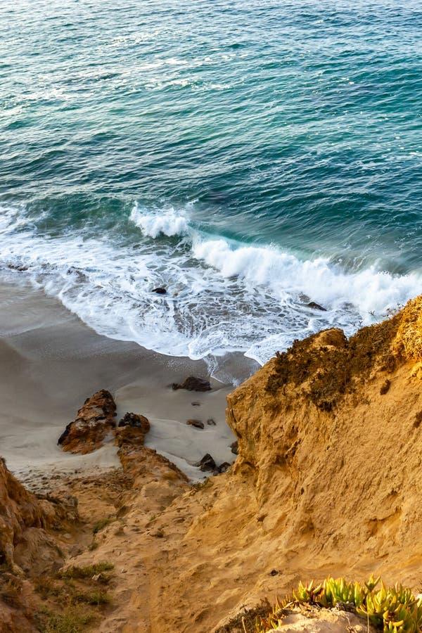 Zandsteenweg die klippen zij, pacfic oceaanuitgestrektheid, en golven op de kust overzien royalty-vrije stock foto