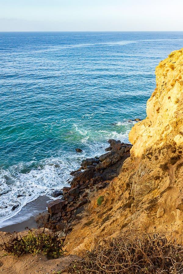Zandsteenweg die klippen zij, pacfic oceaanuitgestrektheid, en golven op de kust overzien stock fotografie