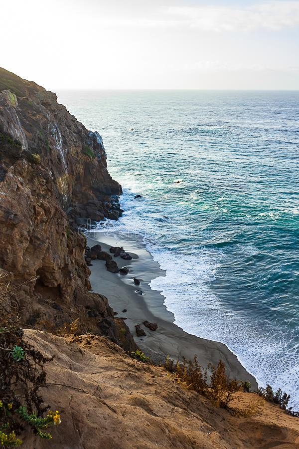 Zandsteenweg die klippen zij, pacfic oceaanuitgestrektheid, en golven op de kust overzien royalty-vrije stock foto's