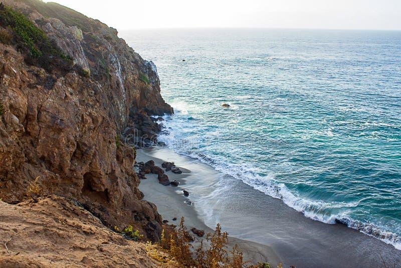 Zandsteenweg die klippen zij, pacfic oceaanuitgestrektheid, en golven op de kust overzien royalty-vrije stock afbeeldingen
