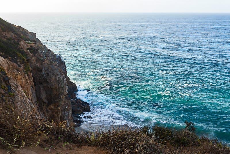 Zandsteenweg die klippen zij, pacfic oceaanuitgestrektheid, en golven op de kust overzien royalty-vrije stock afbeelding