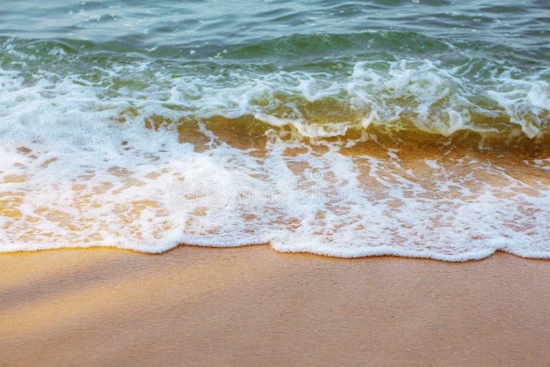 Zandstrand en golven stock afbeelding