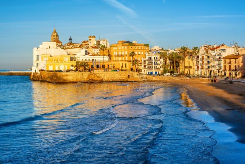 Zandstrand en historische Oude Stad in mediterrane toevlucht Sitge royalty-vrije stock afbeeldingen