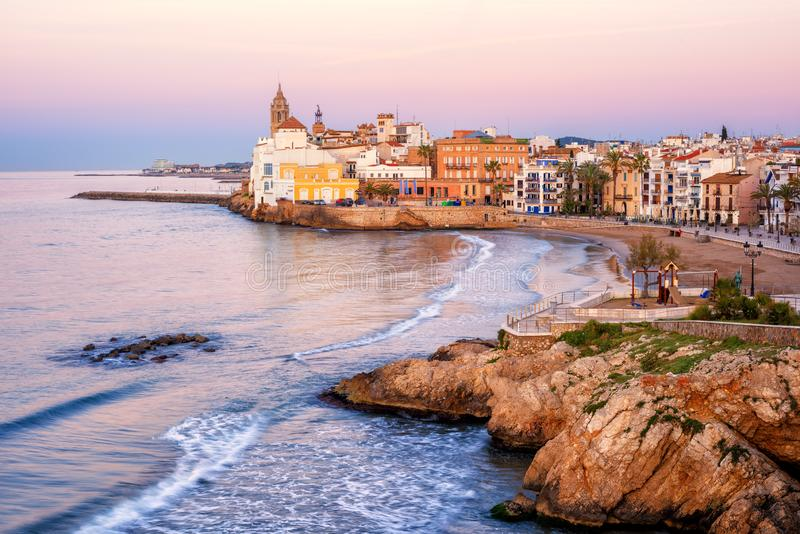 Zandstrand en historische Oude Stad in mediterrane toevlucht Sitge stock afbeeldingen