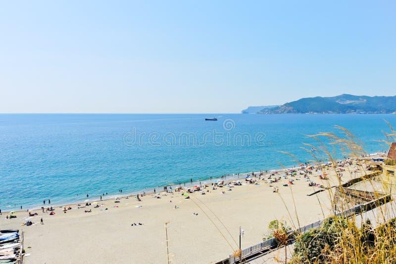 Zandstrand op Ligurian overzees royalty-vrije stock afbeeldingen