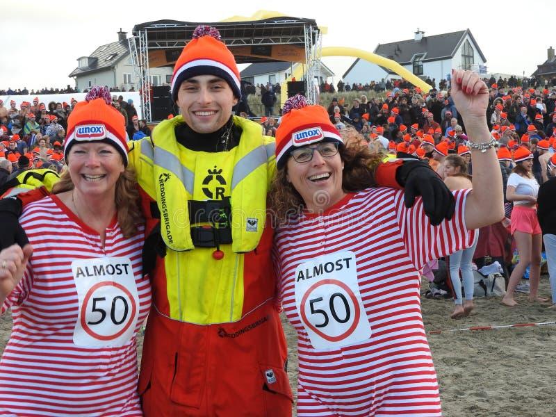 Zandvoort, οι Κάτω Χώρες - 1 Januari 2019: τα παραδοσιακά νέα έτη βουτούν Nieuwjaarsduik Ευτυχής ομάδα διάσωσης Reddingsbrigade ν στοκ εικόνες