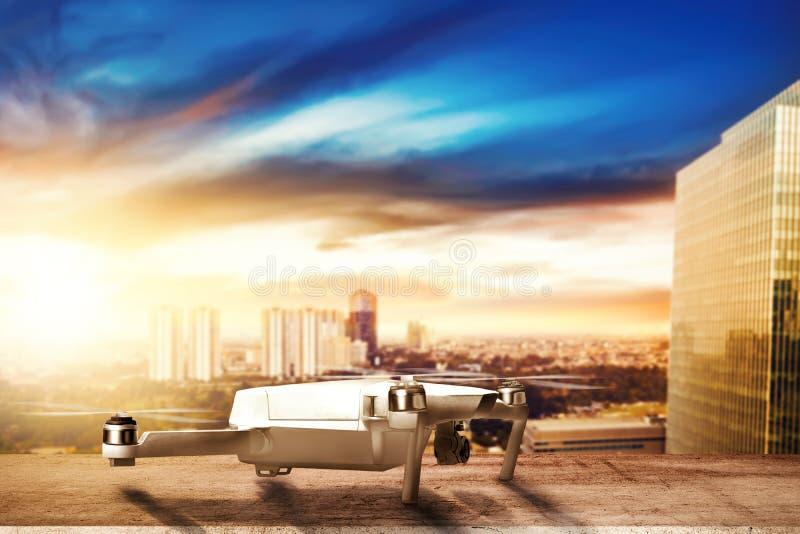 Zangão branco com a câmera no telhado pronto ao voo ao ar foto de stock royalty free